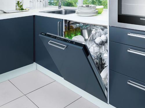 Встроенная посудомойка на кухне