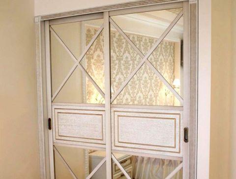 Шкаф-купе в классическом стиле с зеркальными дверями