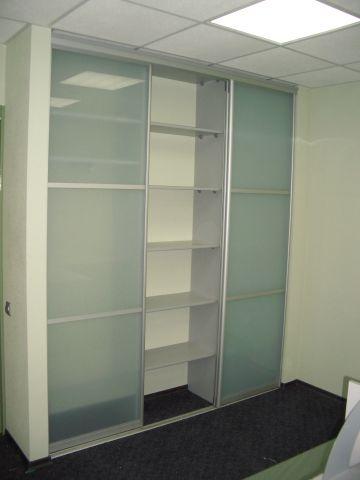 Встроенный шкаф-купе голубое стекло