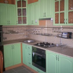 Зеленая кухня с козырьком