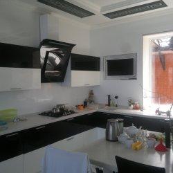 Угловая кухня с каменной столешницей на заказ
