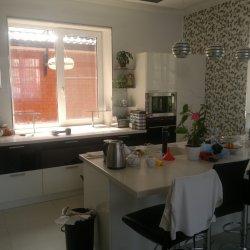 Кухня с каменной столешницей на заказ