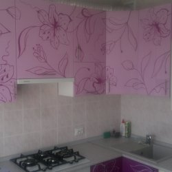 Розовая кухня с узором