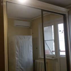 Зеркальный шкаф с багетом и карнизом