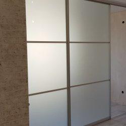 Раздвижная перегородка: алюминиевый профиль + матовое стекло