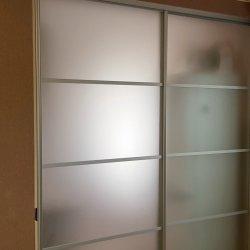 Матовая раздвижная перегородка в закрытом виде, вид из комнаты