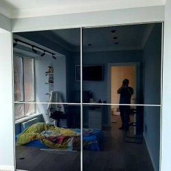 Встроенный шкаф-купе, темное стекло
