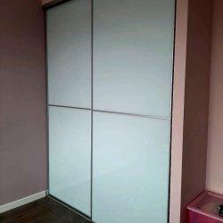Белый встроенный шкаф, крашеное стекло