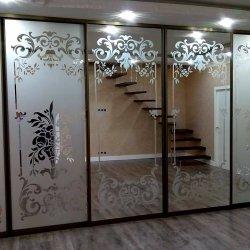 Шесть зеркальных дверей с пескоструйным рисунком