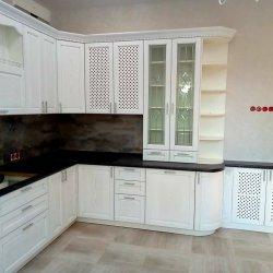 Классическая белая кухня, шкаф со стеклянными дверцами