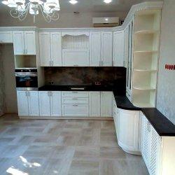 Белая кухня с темной столешницей и открытыми полками