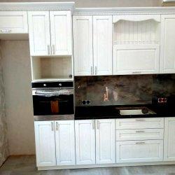 Кухня со встроенным духовым шкафом и нишей под холодильник