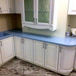 Кухонный гарнитур огибает выступающий элемент стены