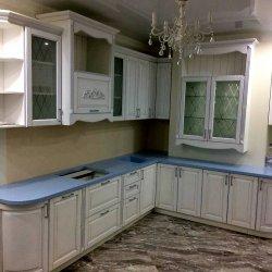 Белая классическая кухня с патинированием