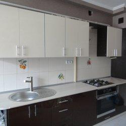 Черно-белая кухня с глянцевым фасадом 2