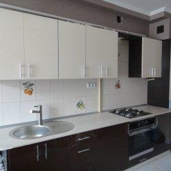 Черно-белая кухня с глянцевым фасадом 3