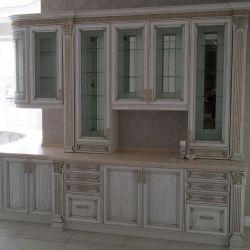Полукруглая кухня с высокими шкафами