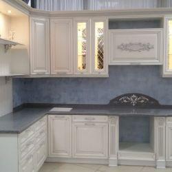 Белая кухня с серебряной патиной