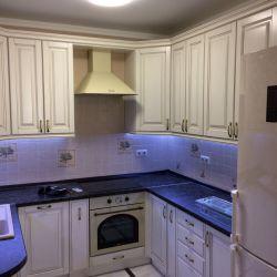 Угловая кухня из массива с подсветкой 2