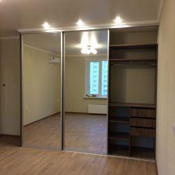 Зеркальный шкаф в серебристом профиле