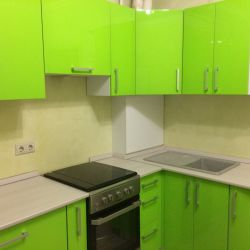 Яркая зеленая кухня из крашенного мдф 2