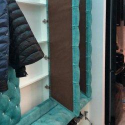 Под отделением для одежды размещен шкаф небольшой глубины