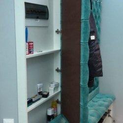 Электрощиток спрятан под панелью для верхней одежды