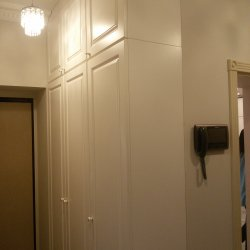 Белые шкафы с фризеровками