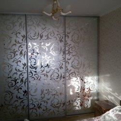Зеркальный шкаф-купе с пескоструйным узором
