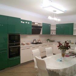 Большая встроенная кухня на заказ