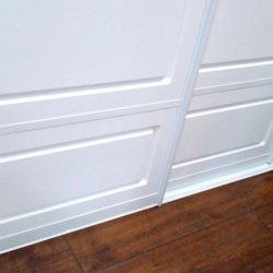 Двери шкафа-купе с белым алюминиевым профилем