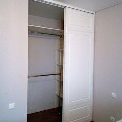 Встроенный двухдверный шкаф-купе в спальне