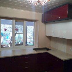П-образная кухня вдоль окна