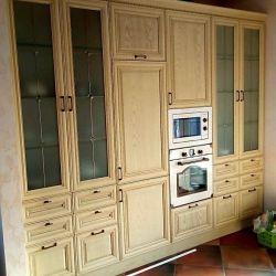 Посудный шкаф с остеклением и встроенной техникой