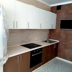Бело-коричневая кухня из МДФ