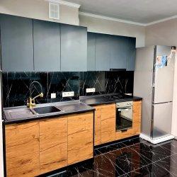 Кухня: черные фасады в сочетании с имитацией дерева