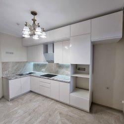 Белая кухня под потолок, МДФ крашеный