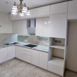 Угловая кухня с глянцевыми фасадами из МДФ