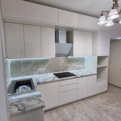 Белая двух-уровневая кухня, МДФ крашеный, глянец
