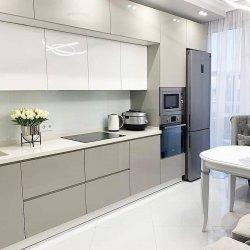 Большой светлый кухонный гарнитур