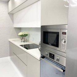 Кухня в современном стиле со встроенной техникой