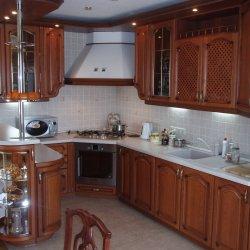 Кухня из массива встроенная углловая