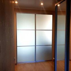 Двухстворчатая раздвижная дверь из матового стекла