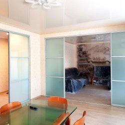 Раздвижная перегородка и дверь в частном доме