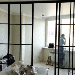 Раздвижная перегородка из прозрачного стекла для зонирования помещения