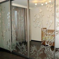 Зеркальный шкаф-купе с большим пескоструйным рисунком