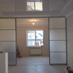 Межкомнатная прегородка с белым стеклом
