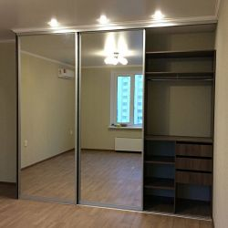 Трех-дверный зеркальный шкаф-купе