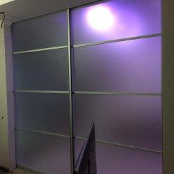 Вид из комнаты на перегородку из матового стекла
