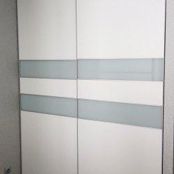 Белый шкаф купе, двери - ЛДСП и стекло